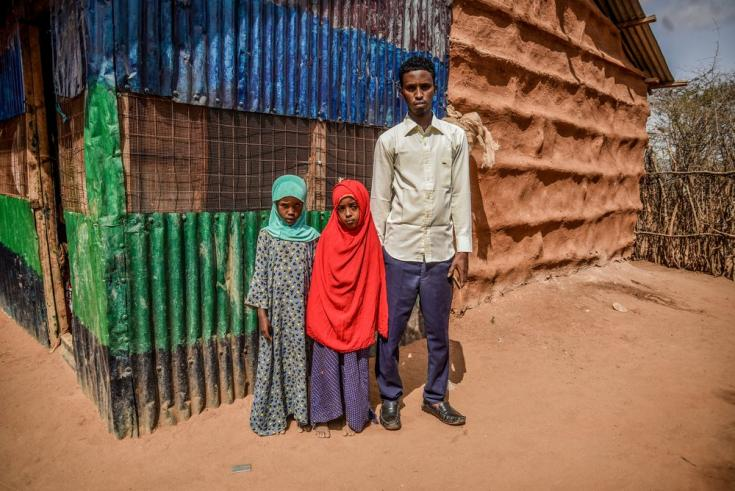 Mohamed junto a dos niñas en el campo de refugiadosde Dagahaley, en el complejo de Dadaab (Kenia). Llegó en 1992 escapando de la violencia en Somalia, y dentro del campo estudió, se casó y tuvo 4 hijos.