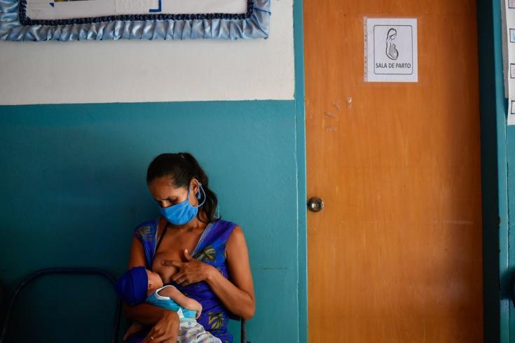 Lesser, de 28 años, amamanta a su hijo Abel mientras esperan a ser atendidos para la primera consulta de control posnatal en el Ambulatorio de San Vicente, ubicado en una población rural del estado Sucre, a tan solo 10 minutos a pie de su casa. Venezuela