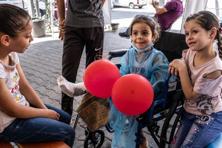 Hala recibe la visita de sus hermanas y su prima en el hospital Al-Awda. Gaza, agosto de 2021
