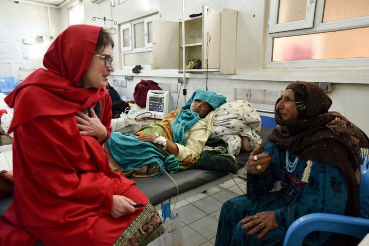 En nuestra maternidad de Khost, una obstetra y ginecóloga habla con una mujer y con su hija, quien está recuperándose de una hemorragia ocurrida cinco días antes tras dar a luz en su casa. Afganistán, marzo de 2017