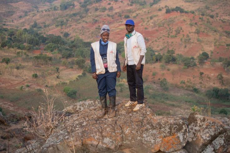 Jeanine Arakaza, supervisora de uno de los 78 equipos de fumigación que desplegamos en la zona, y Ramadhan Nzobonimpa, nuestro director de promoción de la salud, en la colina de Ruyaga donde los equipos de fumigación fueron enviados. Septiembre de 2020