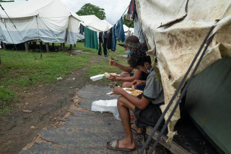 Las personas migrantes son enviadas a la Estación Migratoria de Lajas Blancas para la revisión de su estatus migratorio. Allí, permanecen semanas o meses durmiendo en tiendas de campaña sobre un prado. Panamá, junio de 2021