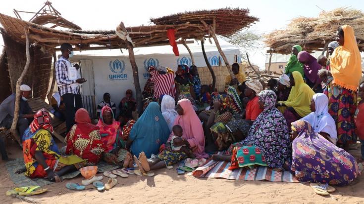 Uno de nuestros promotores de salud brinda educación sobre temas relacionados con salud e higiene a un grupo de mujeres desplazadas en Gorom Gorom, en la región del Sahel. Burkina Faso, febrero de 2021