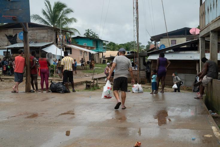 Plaza principal de Bajo Chiquito, pueblo en la comarca indígena Emberá-Wounaan. Allí, las autoridades recuentan a las personas migrantes para poder descenderlas en piraguas a las Estaciones de Recepción Migratoria. Panamá, junio de 2021