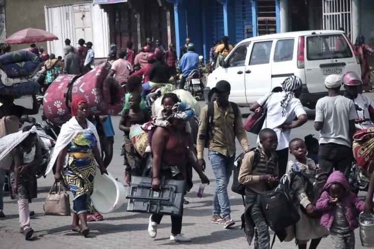 Habitantes de Goma abandonan sus barrios y hogares para ir a Sake, que está a 25 kilómetros de distancia. República Democrática del Congo, mayo de 2021