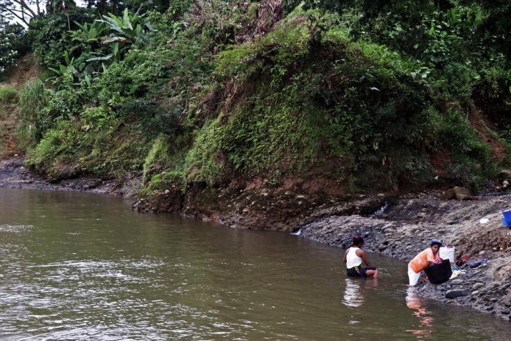 Muchas familias desplazadas utilizan el río como fuente de agua para sus necesidades y para consumo, pero esta no es potable y en temporada seca puede escasear. Colombia, julio de 2021