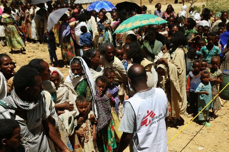 Tedros, traductor de MSF, pide a las personas que hagan fila para esperar una consulta médica en una clínica móvil, en la aldea de Adiftaw en Tigray, Etiopía. Marzo de 2021