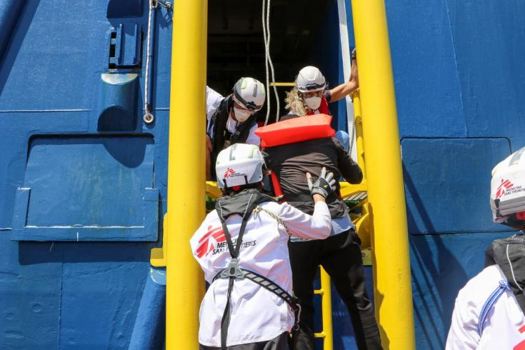 Las personas rescatadas suben al Geo Barents, en donde contamos con una clínica, una sala de maternidad y una sala de observación para realizar nuestras actividades médicas. Mar Mediterráneo, 10/6/2021