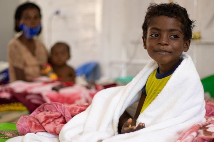 Futedraza (6 años) tenía tos y diarrea, por lo que su madre Tompie lo llevó al hospital de Ambovombe. Allí pudimos internarlo en nuestro centro de alimentación terapéutica junto a su hermana Fandahiandsoa, de 11 meses. Madagascar, junio de 2021