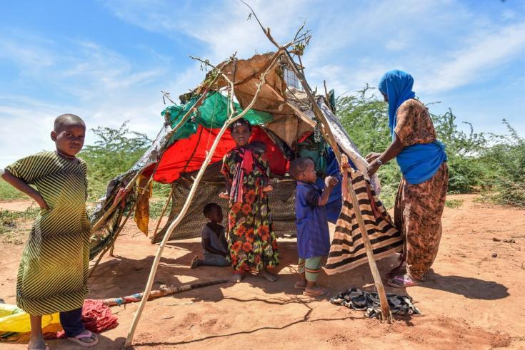 Una familia recién llegada al campo de refugiados de Dagahaley instala una tienda de campaña improvisada. Kenia, mayo de 2021