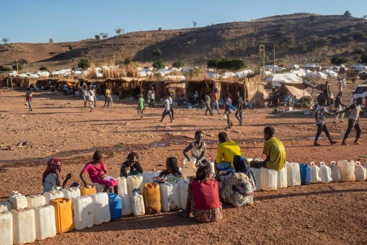 Personas refugiadas esperan para cargar agua en bidones, en el campo de refugiados de Um Rakuba ubicado en  Sudán, cerca de la frontera con la región etíope de Tigray. Diciembre de 2020