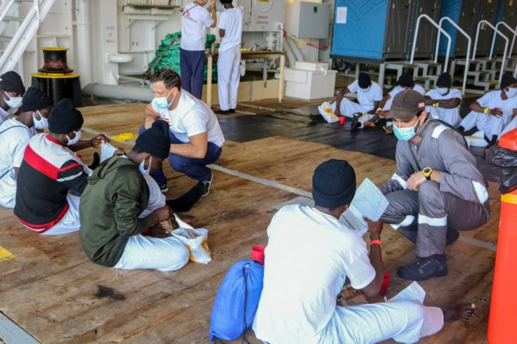 A bordo del Geo Barents, nuestros equipos entregan paquetes de comida a las 26 personas rescatadas durante uno de los rescates, de las cuales 15 son menores. Mar Mediterráneo, 10/6/21
