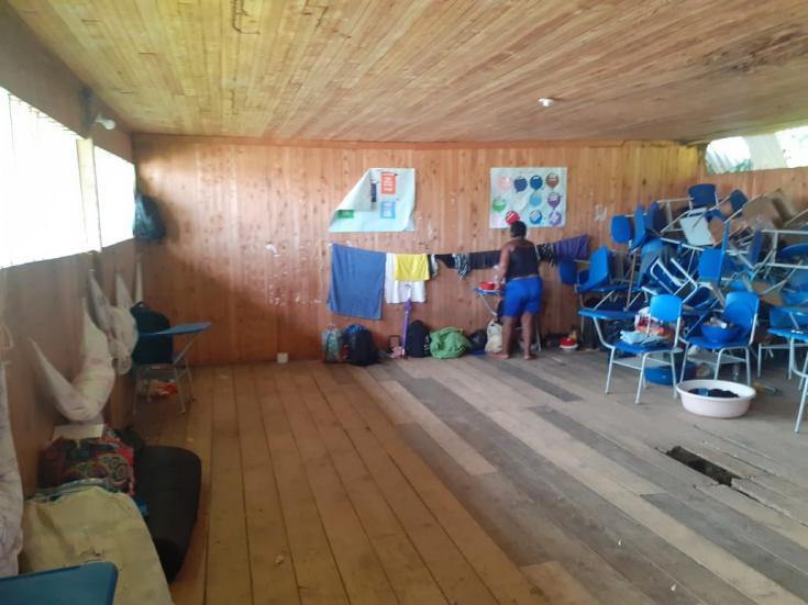 Uno de los salones de la escuela de La Herradura, en el que se refugian hasta 12 familias desplazadas por los combates en la región de Sanquianga. Marzo de 2021.