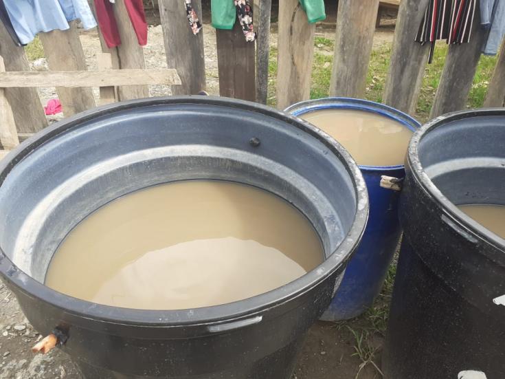 El agua que estaban tomando las personas desplazadas en la escuela La Herradura. Marzo de 2021