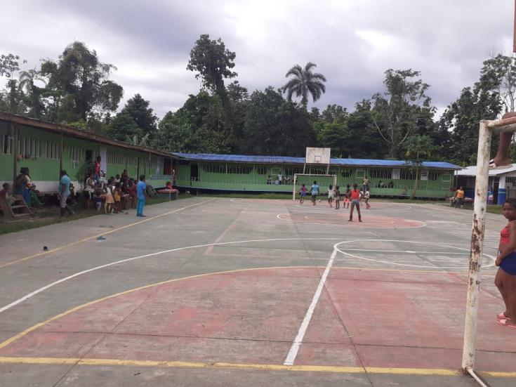 Cancha de la escuela La Herradura, en la que se refugian cientos de personas desplazadas por el recrudecimiento de la violencia. Marzo de 2021.