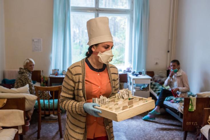 Enfermera con medicamentos contra la tuberculosis