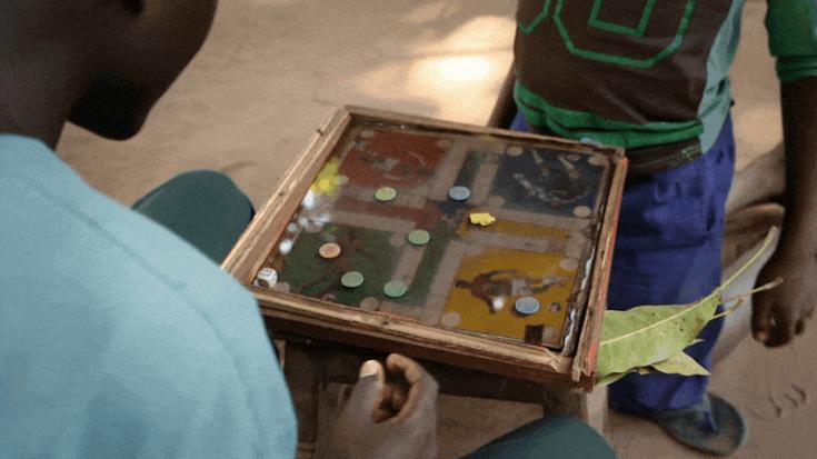 Ex niño soldado de Sudán del Sur jugando
