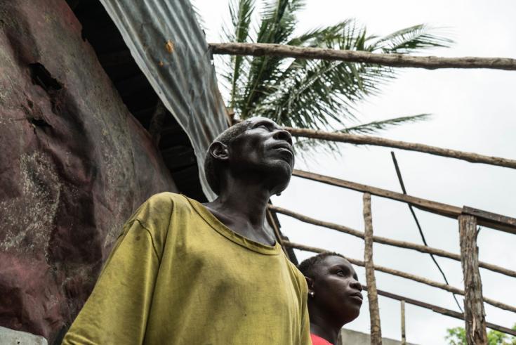 Familia sobreviviente al ciclón en Mozambique
