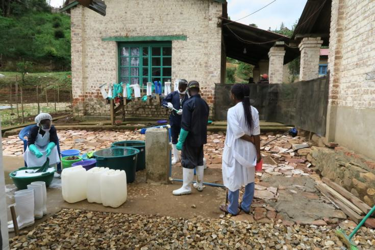 Higienistas lavan traje Ébola