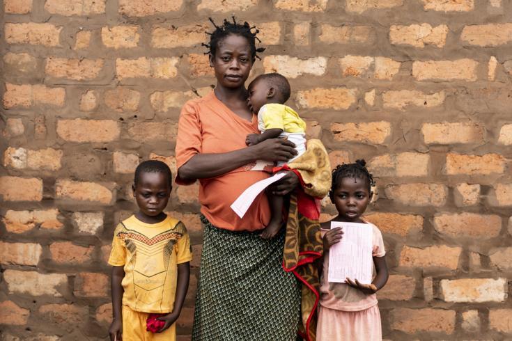 Madre con sus hijos que los llevó a vacunarse