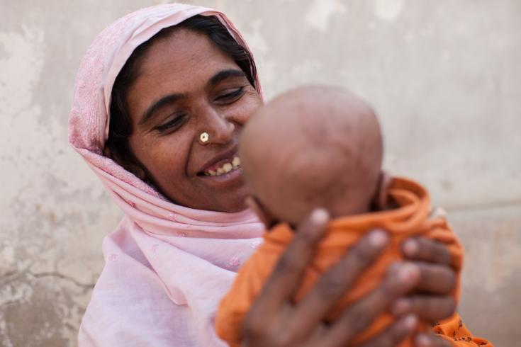 Mujer le sonríe a su hijo