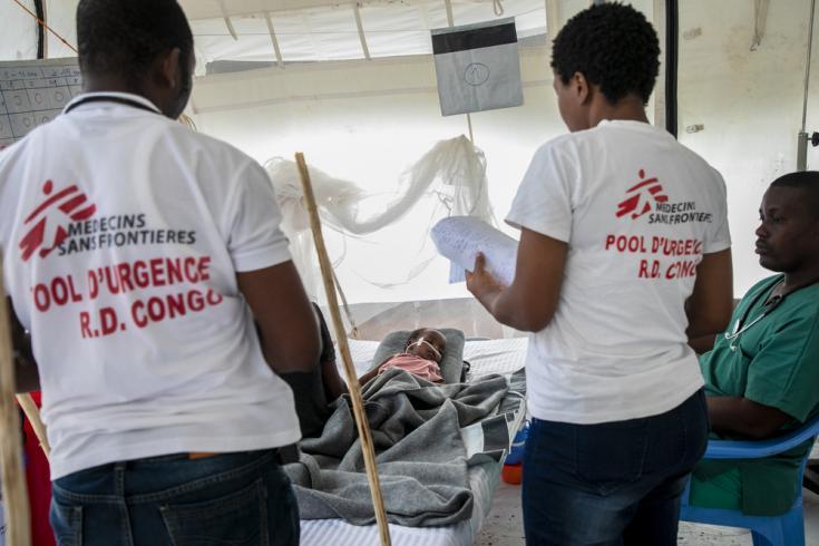 médicos intentando frenar la epidemia de sarampión