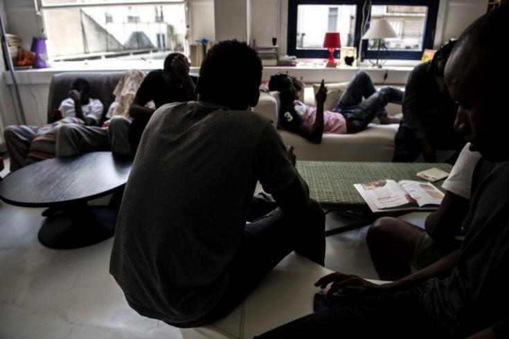 Jóvenes pasando el tiempo en un centro dirigido por Médicos Sin Fronteras para migrantes menores sin familia, en Pantin, en las afueras de París, el 3 de julio de 2018.