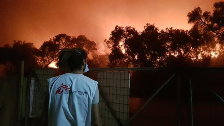 Un trabajador de Médicos Sin Fronteras observa las llamas producidas por el incendio en el campo de Moria, Lesbos, en Grecia.