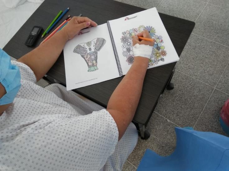 Paciente usando el kit de salud mental dentro del centro de atención COVID-19 en Tegucigalpa, Honduras.