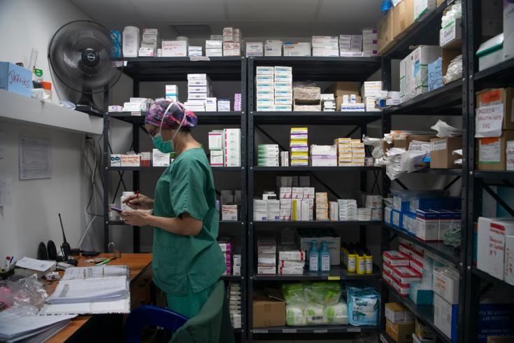 Un miembro del personal de MSF realiza el control de inventario dentro de la farmacia que suministra medicamentos a los pacientes hospitalizados de la unidad COVID-19 que opera MSF en conjunto con el Hospital Pérez de León II en Caracas, Venezuela.