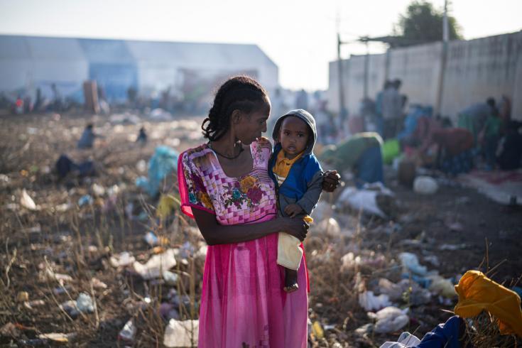 Punto de entrada de Hamdayet, Sudán, temprano en la mañana. Esta multitud caminó millas desde Etiopía para llegar a Sudán y escapar del conflicto en su región.