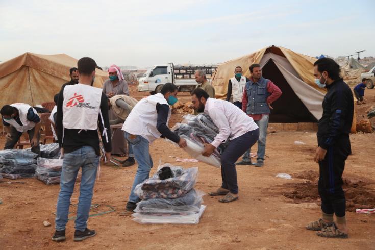 """Equipos de Médicos Sin Fronteras han comenzado a distribuir """"kits de invierno"""" con ropa de abrigo, lonas, colchones y mantas a unas 14.500 familias que viven en más de 70 campamentos para personas desplazadas en el noroeste de Siria"""