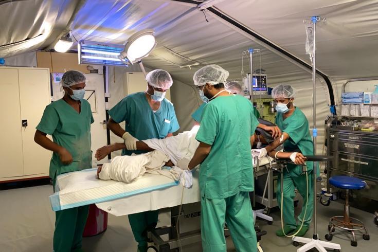 Quirófano del centro de traumatología de MSF en Mocha, en la región de la costa del Mar Rojo en Yemen. Los cirujanos brindan cirugías a los heridos de guerra, víctimas de accidentes de tráfico y mujeres embarazadas que necesitan un parto de emergencia.