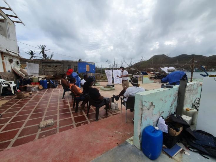 Hubo pocos lugares para asentarse después del huracán Iota. Después de horas de búsqueda, el equipo pudo utilizar y adaptar parte del espacio de un centro recreativo semidestruido.