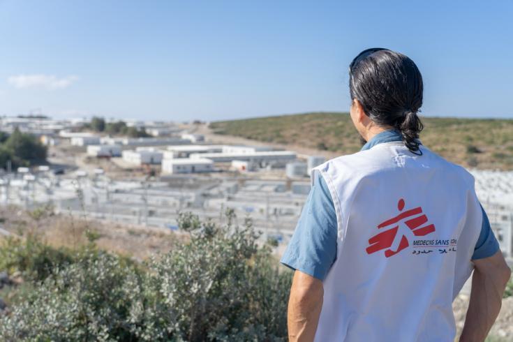 Stephen Cornish, director general de MSF Suiza, observa el nuevo campo-prisión construido en la isla de Samos, Grecia.