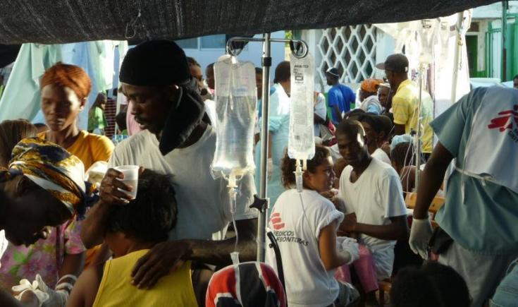 Equipos MSF tratando pacientes con cólera en Saint-Marc, Haití.