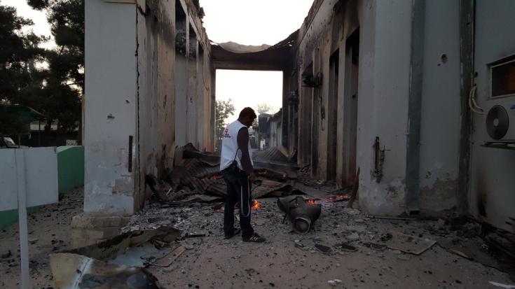 Personal de Médicos Sin Fronteras en el hospital bombardeado el 3 de Octubre de 2015 en Kunduz, Afganistán.