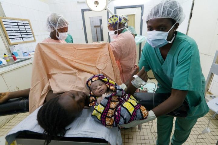 Un parto por cesárea en la República Democrática del Congo.
