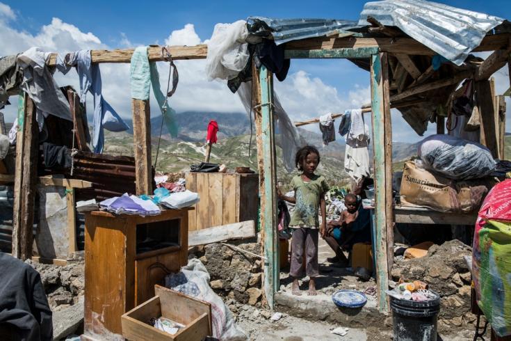 Una niña mira desde la puerta de la casa de su familia, en Roche-a-Bateau, al suroeste de Haití, tras el paso del huracán Matthew.