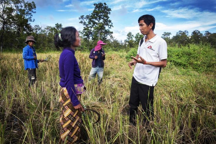 En Preah Vihear, Camboya, una enfermera de Médicos Sin Fronteras habla con una mujer que dio positivo por malaria, para programar una cita y comenzar el tratamiento esa misma noche (2016).
