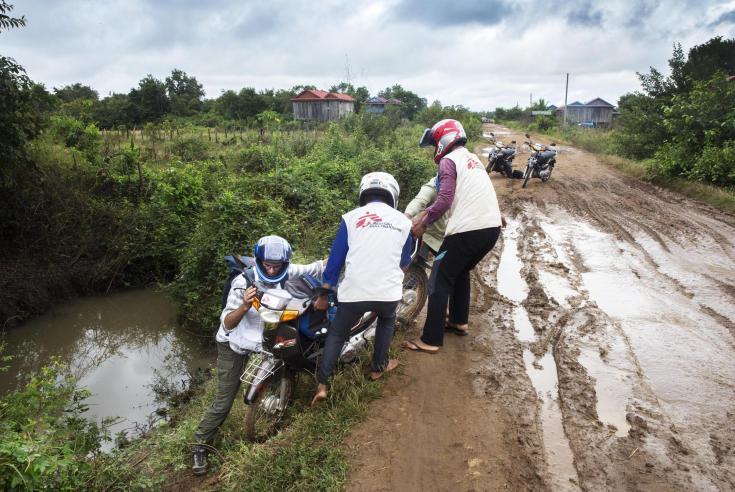 La temporada de lluvias hace que sea difícil para los equipos de Médicos Sin Fronteras viajar por las provincias de Preah Vihear en Camboya (2016).