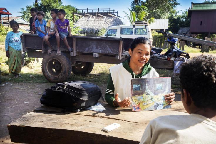 Un miembro del equipo de MSF realiza actividades de promoción de la salud en Preah Vihear, Camboya (2016).