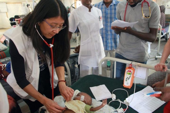 La Dra. Joanne Liu examina a un bebé en el centro de alimentación tarapéutica de Gwange. Maiduguri, Nigeria, febrero de 2017.