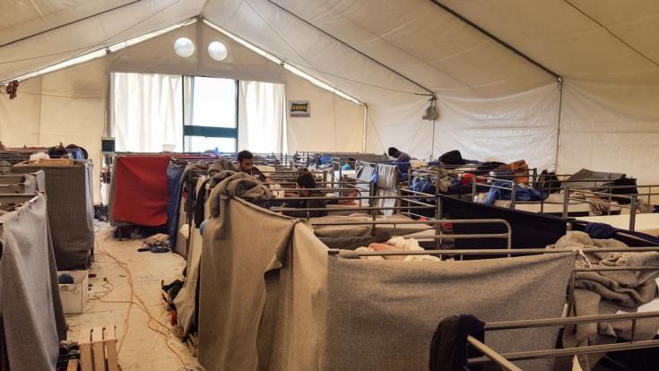 Unos ochenta refugiados y migrantes de Bangladesh y Pakistán viven dentro de esta gran tienda de campaña.