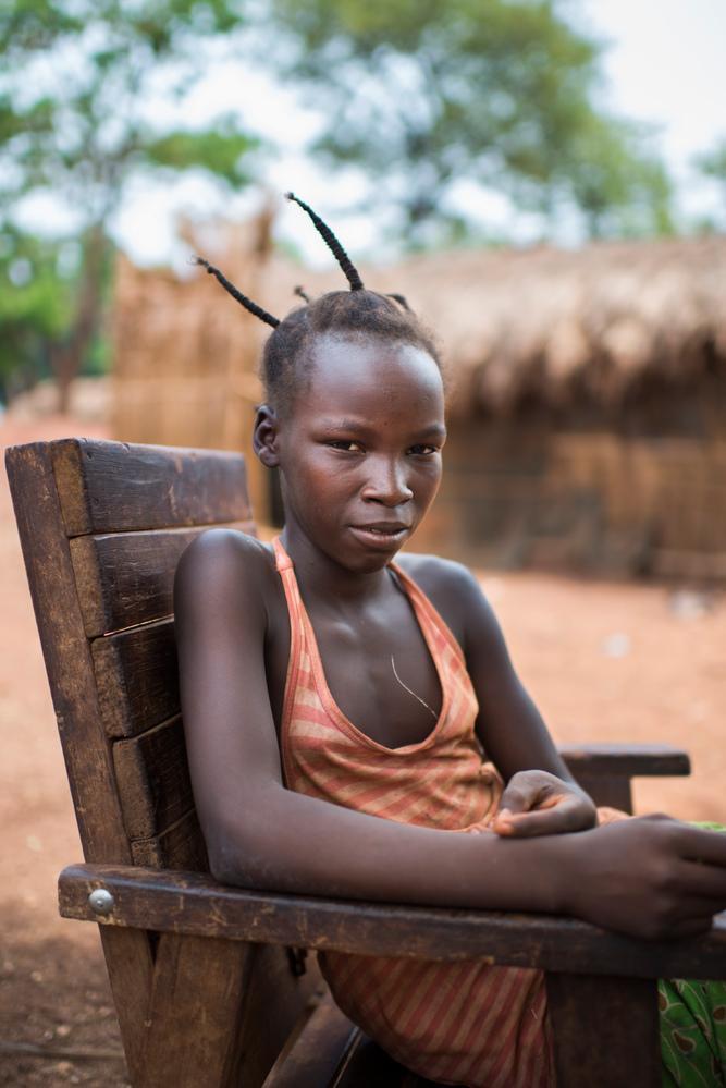 """Chancelle, 12 años, está en quinto grado, vive en el campo de desplazados internos de Bambari, República Centroafricana.   Vivía con sus abuelos cuando los Seleka atacaron el pueblo. """"Mataron a familias enteras, junto a veinte vecinos huimos a escondernos"""