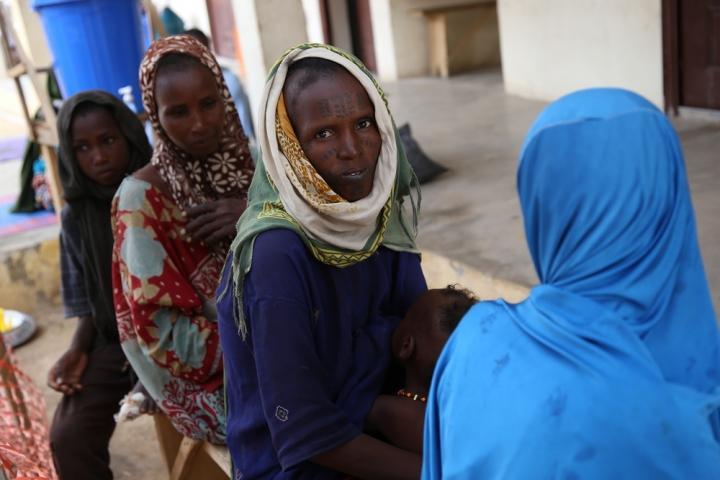Los pacientes esperan en el centro de salud de MSF en la ciudad de Banisheikh, en el noreste de Nigeria.