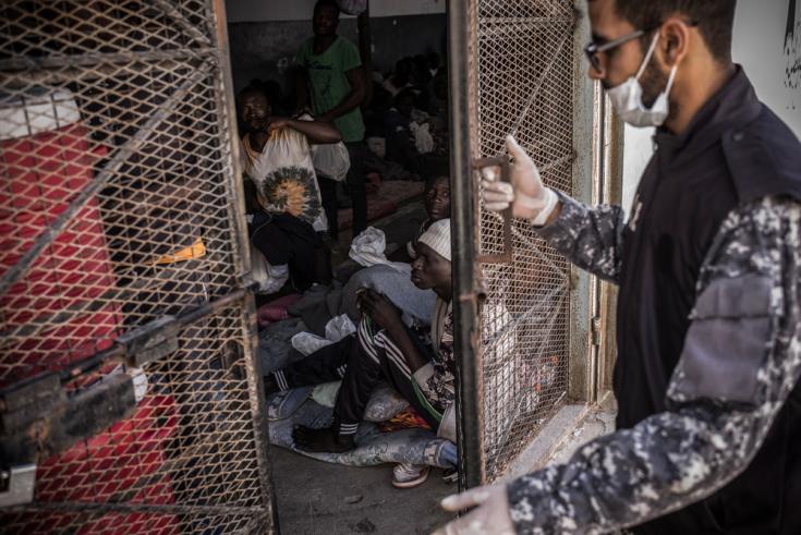 Un guardia cierra la puerta de una celda en el centro de detención en Abu Salim, en Trípoli, Libia. © Guillaume Binet/Myop