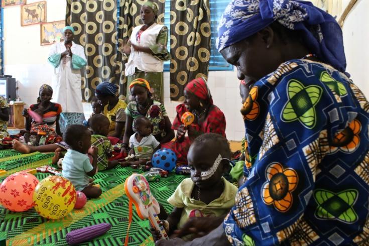 Hospital de Madaoua -  Una sesión psicológica para niños que padecen desnutrición a cargo de Saratou Rabe Nanaka y Seybou Sakada. Cada día, los equipos de MSF organizan actividades psicológicas para los niños y sus madres.