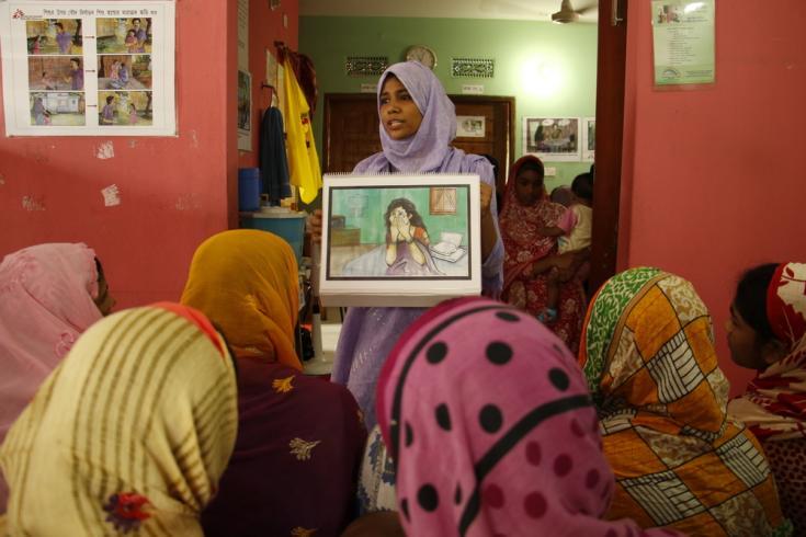 Mujeres en la sala de espera de la clínica de salud de MSF en Kamrangirchar. Mientras esperan para acceder a los servicios de planificación reproductiva y familiar que ofrece la clínica, reciben educación sobre violencia sexual y apoyo disponible.