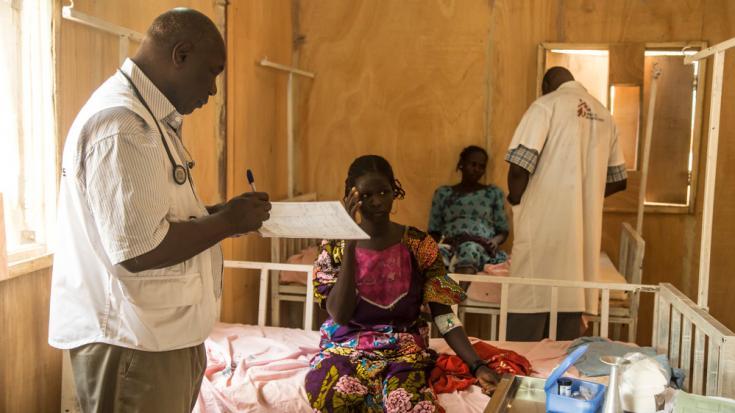 El Dr. Roamba hace las rondas en el Centro de Salud Materno Infantil (Center of Santé Mère-Enfant, CSME) en Diffa, Níger, con pacientes que padecen hepatitis E.